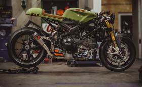 Едно изумително Ducati 848 Evo. Повече от кафе рейсър, боядисан в стил Porsche. Галерия и инфо