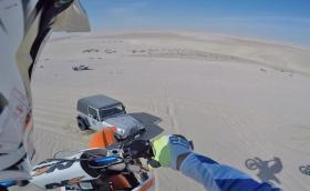 Моторист се приземява на капака на Jeep Wrangler. Половин километър в час по-малко и можеше да бъде фатално... Видео
