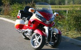 Lazareth превърнаха Honda GL1800 Gold Wing откачена триколка с две предни гуми