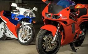 Усещането да разопаковаш чисто нов мотор на 20 години: вадят Honda NR 750 и VFR 750 R от кашоните. Видео