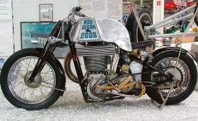 NSU Bison 2000 е едноцилиндров мотоциклет с 2-литров мотор и бутало от самолет