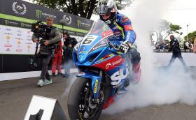 Майкъл Дънлоп остава със Suzuki за TT 2018