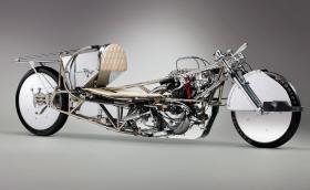 Този Triumph преследва скорост от 320 км/ч с 68-годишен двигател. Видео