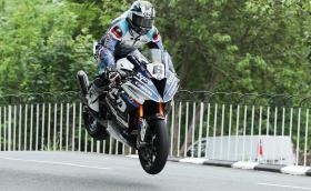 Нов рекорд в TT: Дийн Харисън с Kawasaki записа средна скорост от 216,35 км/ч. Майкъл Дънлоп с BMW спечели 16-тата си победа
