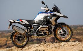 Това e новото BMW R 1250 GS. Двигателят е с променлив ход на клапаните, 136 к.с., 143 Нм, а джантите са златни