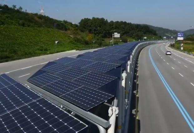 Велоалея покрита със соларни панели минава през магистрала в Корея