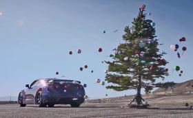 Nissan GT-R сваля играчките от елхата за 2,7 секунди. Видео