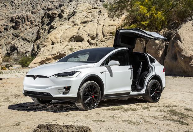 """6. Tesla Model X P90d – 762 коня. Най-разумният или по-скоро практичен автомобил от седмицата. """"Соколови"""" врати, двойно задвижване, кросоувър опаковка, топ изпълнението на Model X изглежда добра кола. Пробег от 400 км с едно зареждане и ускорение от 0-100"""