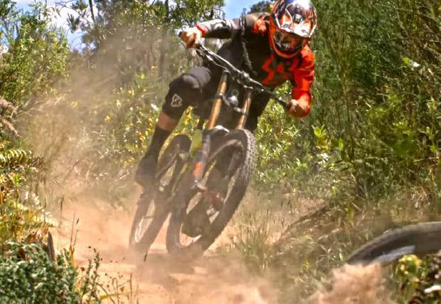 Топ атлетите в дисциплината DH Брик Макдоналд и Сам Бленкинсъп, с спускане в Нова Зеландия (Видео)