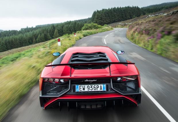 Lambo Aventador SV - с пълна газ по остров Ман (Видео)