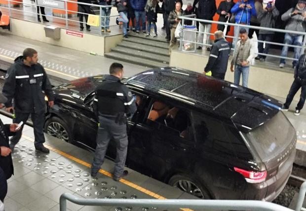 Range Rover Sport в брюкселското метро. Пиян мъж блокира три линии (Видео)