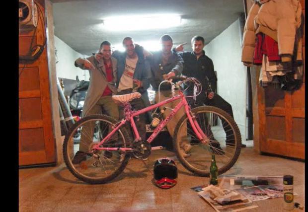 """Dizzy съвет: не оставяйте велосипеда си за дълго без надзор, дори в гаража на приятел. Може да бъде """"пимпнат""""... Забавно видео"""