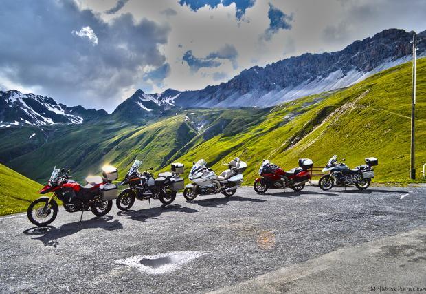 Три дни, четири държави, пет мотоциклета и почти 800 километра. Магията на Алпите зад прозрачния плексиглас на BMW F 800 GS