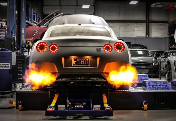 Бру-та-лен! 2438 коня на задните колела... Това е най-бързият GT-R в Америка. Видеото е задължително