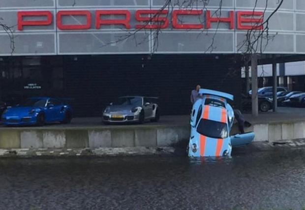 Porsche 911 GT3 RS на водопой. Холандец кръсти возилото за 250 хил. евро в прилежащото езеро