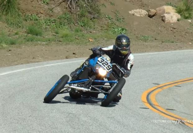 Да, това е Kawasaki Z1000 с три гуми. Култова самоделка, култов трайк. Видео
