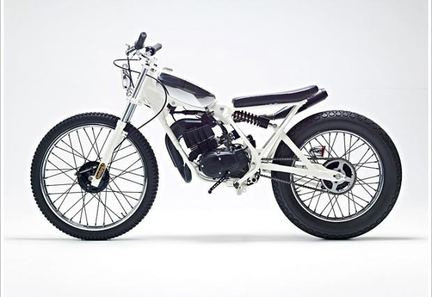 """'88 Yamaha DT50MX в цвят...""""Cocaine White"""" и седалка от счупен скейт. Лю-бо-пи-тен байк"""