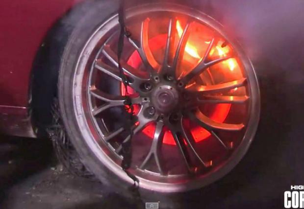 Как не трябва да се прави бърнаут. И как горят спирачките на Lexus SC. Видео