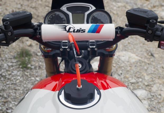 Luis Bertelli BMW R nineT - почит към легендарния R80 GS, в провокативна фотосесия