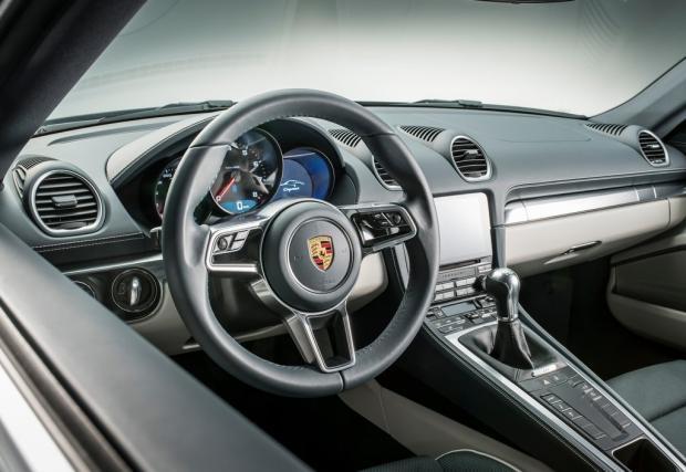Запознайте се с чисто новото Porsche 718 Cayman. Моторът е 2-лиров, мощността при S е 350 коня