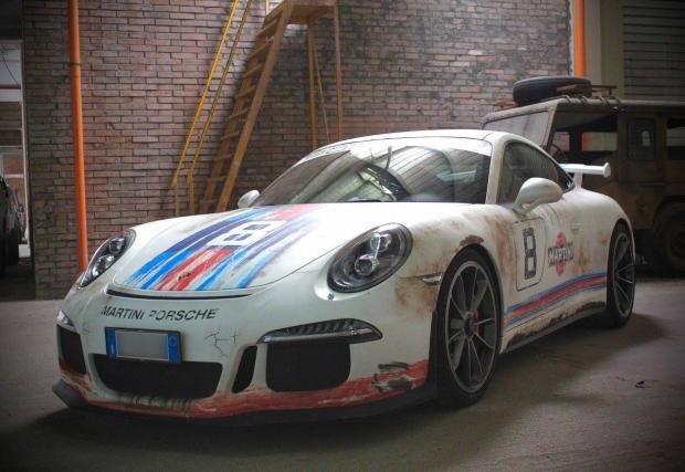 """Как се """"съсипва"""" едно Porsche 991 GT3? С """"ръждиво"""" фолио """"Martini"""". Снимки от процеса на облепване"""
