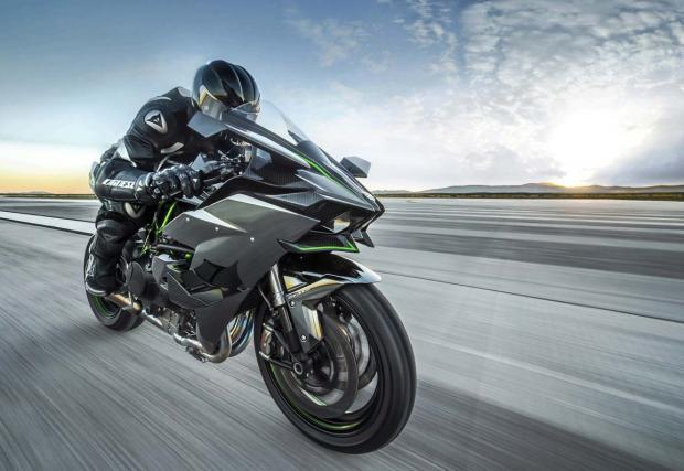 Колко бърз е всъщност Kawasaki Ninja H2R? Ами, ужасяващо. Хилиер го кара с 331 км/ч, градско. Видео