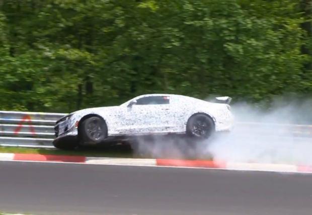 "GM забиха собственото си тестово Chevy Camaro Z/28 в мантинелите на ""Ринга"". Видео"
