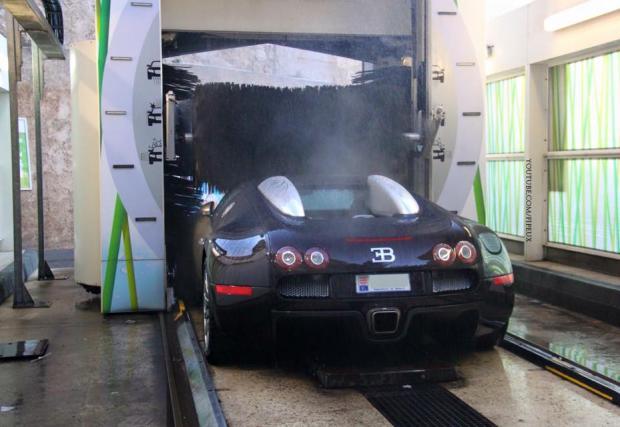 Колко евтино можеш да измиеш Bugatti Veyron? Зависи от това колко ще съсипеш боята му... Видео