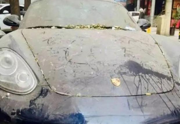 Porsche Cayman блокира BMW Серия 5, за повече от година. На инат.
