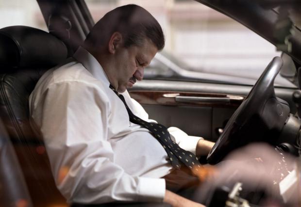 Невероятно, но факт! Шофьор заспа зад волана в задръстване. Автомобилът си го вози... Видео!