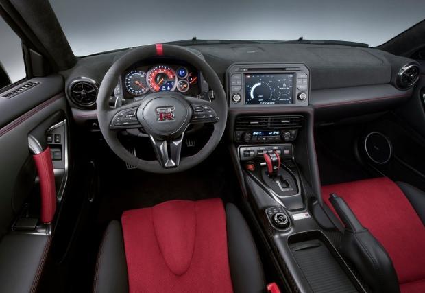 Това е новият Nissan GT-R Nismo и той е брутален: 600 коня, 625 Нм и ускорение, от което боли глава