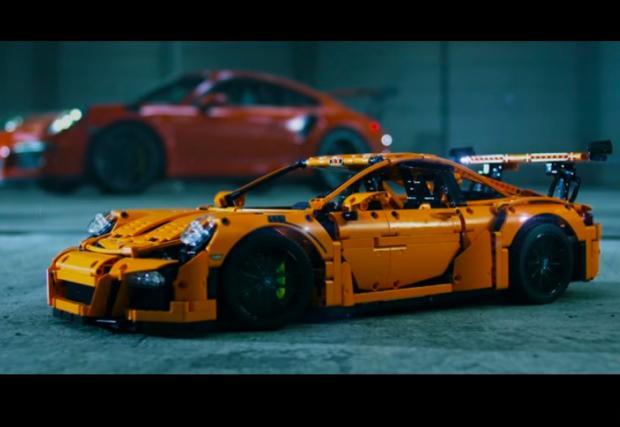 Аааааааааааааа! Помните ли болезнено якото Porsche 911 GT3 RS от LEGO? Тези два нови клипа ни разплакват отново...