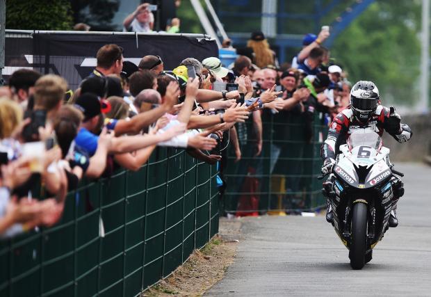 Майкъл Дънлоп изпочупи рекорда в TT на о-в Ман. Първо място, големият Джон Макгинес на 3-о. Видео от пресконференцията