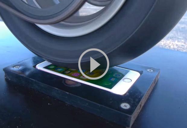 Мотоциклет прави бърнаут върху скъп мобилен телефон. Съвсем нормално видео...