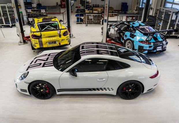 Това е гърбът на Porsche 911 Carrera S Endurance Racing Edition. Специално е и е - о, да - с ръчка!