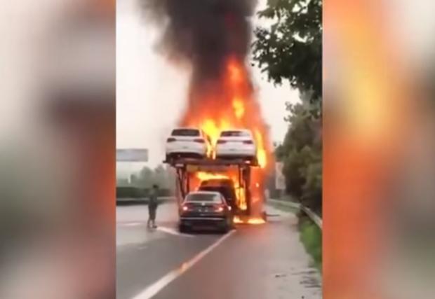 Да се метнеш в огъня заради... VW Jetta. Видео