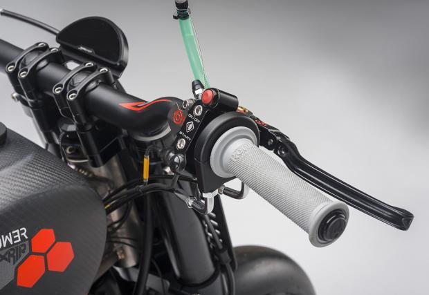 Брутална среща на въглерод и титан: Bott XR1R