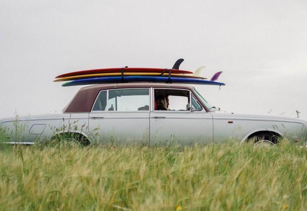 1970 Rolls-Royce Silver Shadow LWB и четири сърфистки. Почти нереална сесия