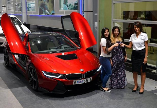 """BMW i8 за принцеси. Далеч нескромна комбинация от """"Lava Red"""" боя и спойлери"""