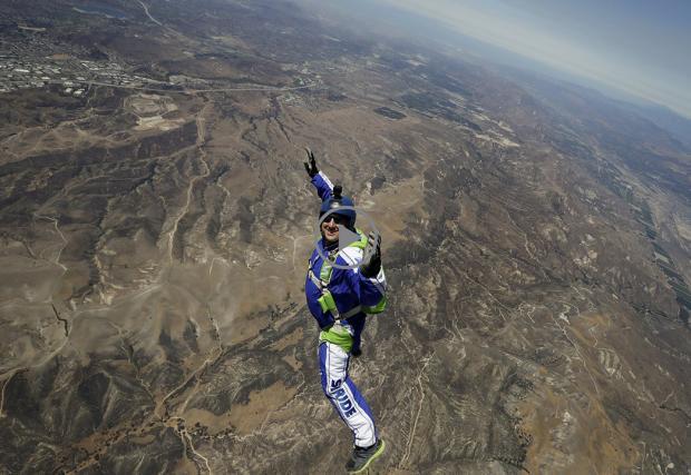 Да скочиш от 7,5 км без парашут, в мрежа с размер 30 на 30 метра. Люк Ейкинс е смел човек. Видео от рекорда