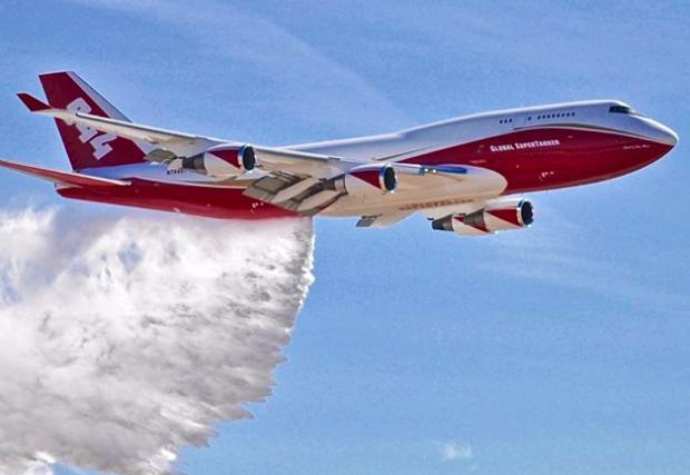 """Най-голямата пожарна """"кола"""" в света е този Boeing 747. Видео"""