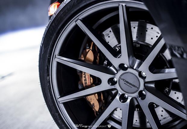 """Новите обувки на Godzilla"". Бруталният Nissan GT-R с джанти Vossen. Галерия"