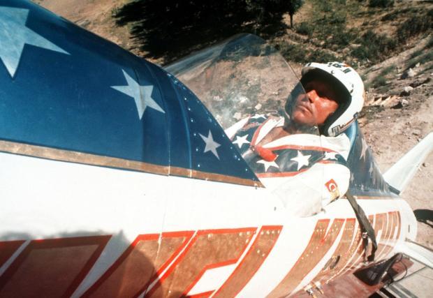 Слаш направи кавър на Rocket Man заради този пич. Който ще се изстреля над каньон с 650 км/ч. Човек все някак трябва да разпуска...