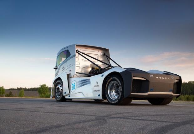 Ултра камионът на Volvo The Iron Knight помля няколко световни рекорда. Вдигна и 276 км/ч. Практичен влекач... Видео
