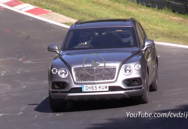 """Да караш супер луксозния 2,5-тонен SUV Bentley Bentayga с каска. На """"Нюрбургринг"""". Защо не? Видео"""