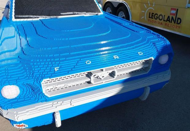 Този 1964 Ford Mustang от Legо крие ужасна лъжа