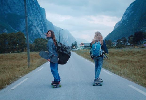25-годишната Ищар, за магията да караш лонгборд в Норвегия. Кратко филмче с настроение и мега готин саундтрак
