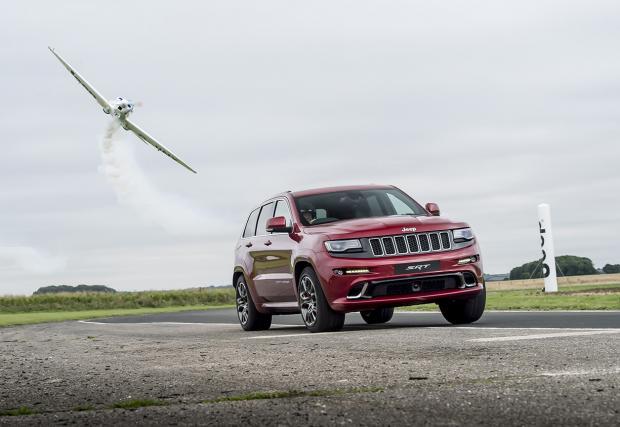 Кой е по-бърз? Акробатичен самолет или... Jeep Grand Cherokee SRT? Видео