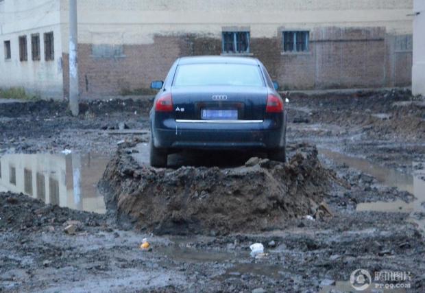 Собственик на Audi A6 отказал да премести колата си, заради строежа на път. Работниците изкопали всичко около нея...