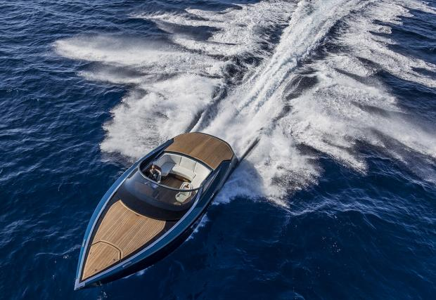 Супер стилната лодка на Aston Martin идва с 1040 коня. И мнооооого карбон